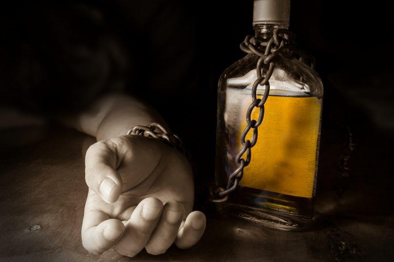 アルコール依存症で闇金を利用する危険性【弁護士が分かりやすく解説】